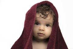 Bambino in strato rosso del bagno immagine stock libera da diritti