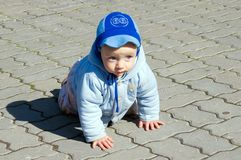 Bambino strisciante sulla pietra per lastricati Fotografie Stock