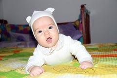 Bambino strisciante sveglio Fotografie Stock Libere da Diritti