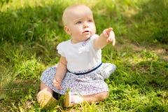 Bambino su erba Fotografia Stock