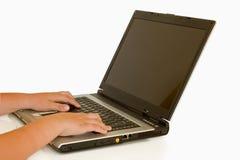 bambino su un computer portatile Fotografia Stock Libera da Diritti