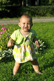Bambino su un'erba Fotografia Stock Libera da Diritti