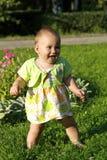 Bambino su un'erba Fotografie Stock Libere da Diritti