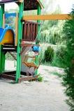 Bambino su un'oscillazione fotografie stock