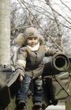 Bambino su un serbatoio Fotografia Stock