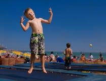 Bambino su un trampolino. immagine stock