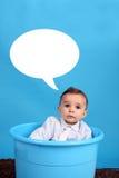 Bambino su una benna blu fotografia stock