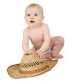 Bambino su una priorità bassa bianca con il cappello di paglia Fotografia Stock