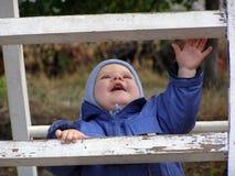 Bambino su una scaletta Fotografie Stock