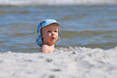 Bambino su una spiaggia Immagine Stock