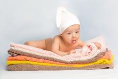 Bambino sugli asciugamani Fotografia Stock Libera da Diritti