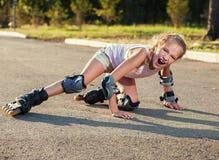 Bambino sui pattini di rullo ad estate immagine stock libera da diritti