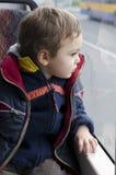 Bambino sul bus Immagini Stock