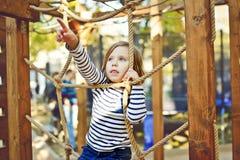 Bambino sul campo da giuoco Immagine Stock
