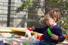 Bambino sul campo da giuoco nel parco di estate immagine stock libera da diritti