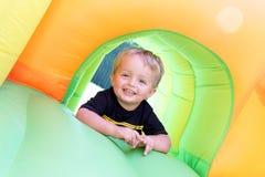 Bambino sul castello rimbalzante Fotografie Stock