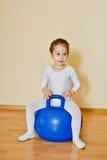 Bambino sul fitball Fotografia Stock