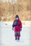 Bambino sul fiume congelato nell'inverno Immagini Stock Libere da Diritti