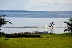 Bambino sul lago Victoria Immagini Stock