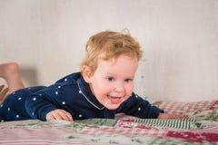 Bambino sul letto Fotografia Stock Libera da Diritti