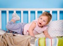 Bambino sul letto Immagine Stock