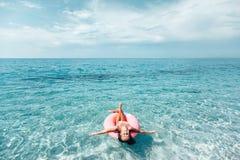 Bambino sul lilo che si rilassa sulla spiaggia fotografia stock libera da diritti