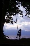 Bambino sul litorale del Borneo dell'oscillazione Immagini Stock