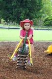 Bambino sul movimento alternato del campo da giuoco Immagine Stock