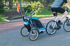 Bambino sul riciclaggio in trasporto Fotografie Stock Libere da Diritti