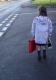 Bambino sul suo modo al banco. Fotografia Stock Libera da Diritti