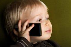 Bambino sul telefono fotografia stock libera da diritti