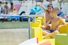 Bambino sull'acquascivolo a aquapark Fotografie Stock