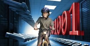 Bambino sulla bici nel centro dati con il codice binario Fotografie Stock