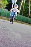 Bambino sulla bicicletta Fotografie Stock Libere da Diritti