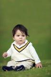Bambino sulla collina verde fotografia stock