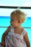 Bambino sulla priorità bassa del mare Fotografie Stock