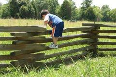 Bambino sulla rete fissa Fotografia Stock Libera da Diritti