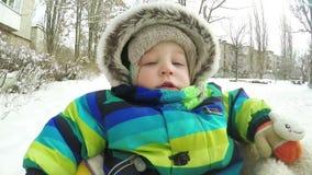 Bambino sulla slitta nell'inverno video d archivio