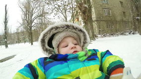 Bambino sulla slitta nell'inverno archivi video