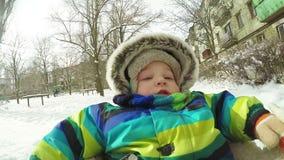 Bambino sulla slitta nell'inverno stock footage