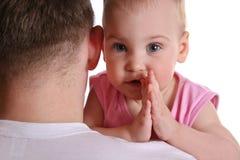 Bambino sulla spalla del padre Fotografia Stock