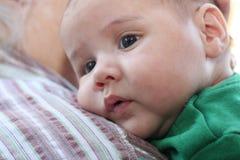 Bambino sulla spalla della nonna Fotografia Stock Libera da Diritti