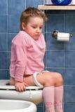 Bambino sulla toletta Fotografia Stock