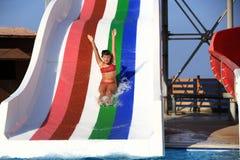 Bambino sulla trasparenza di acqua a aquapark Immagini Stock
