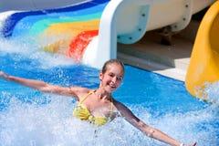 Bambino sulla trasparenza di acqua a aquapark Fotografia Stock