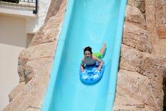 Bambino sulla trasparenza di acqua a aquapark Vacanza estiva Immagine Stock Libera da Diritti
