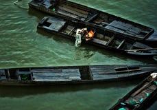 Bambino sulle barche Fotografie Stock Libere da Diritti