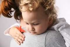 Bambino sulle mani delle madri. Fotografie Stock Libere da Diritti