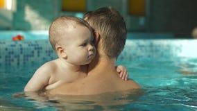 Bambino sulle mani di un padre nello stagno stock footage