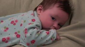 Bambino sullo stomaco che è sveglio video d archivio